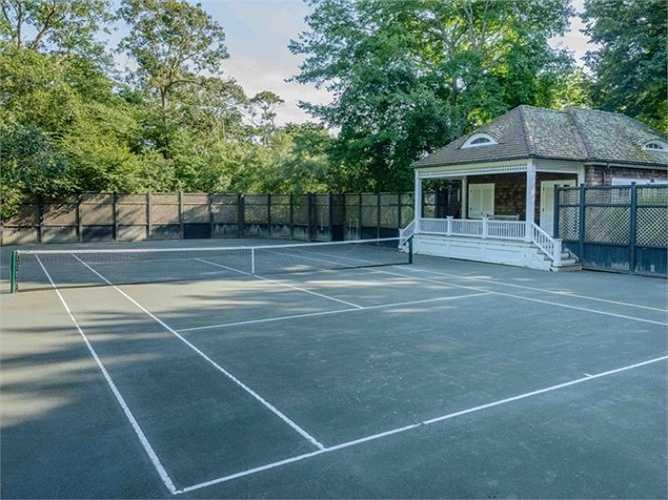 Thêm vào đó, khu bất động sản đắt đỏ cũng có một sân tennis.