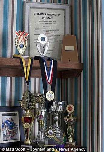 Katherine đã đăng kí tham gia cuộc thi Strong Women cùng nhiều cuộc thi khác ở Anh và châu Âu. Chỉ trong vòng 3 năm, cô đã đạt được không ít cúp, huy chương và được công nhận là người phụ nữ khỏe nhất nước Anh.