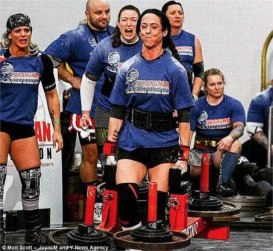 Trong các cuộc thi này, Katherine thường xuyên phải trải qua các thử thách như nâng lốp ô tô, nâng vật nặng chạy trên một quãng đường dài