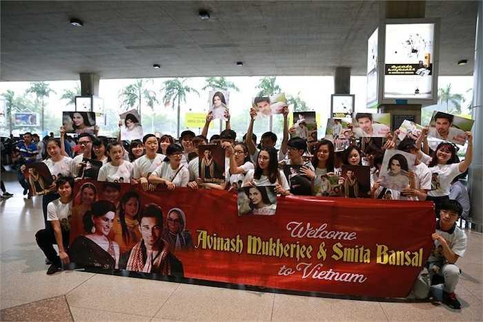 Rất nhiều fans đã kiên nhẫn chờ tại sân bay Tân Sơn Nhất để được gặp thần tượng.