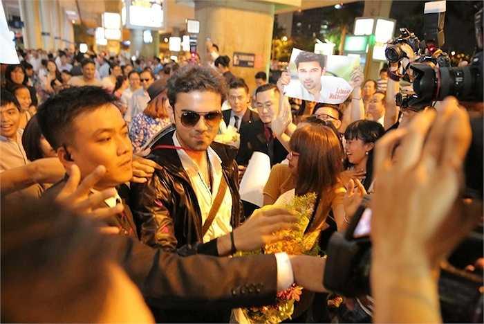 Tuy nhiên, anh không ngờ rằng, sự trở lại sân bay đón 'người mẹ' trong phim lại được các fan chào đón nồng nhiệt đến thế. Nữ diễn viên Smita Bansal cũng không giấu được xúc động trước tình cảm các fan dành cho mình.