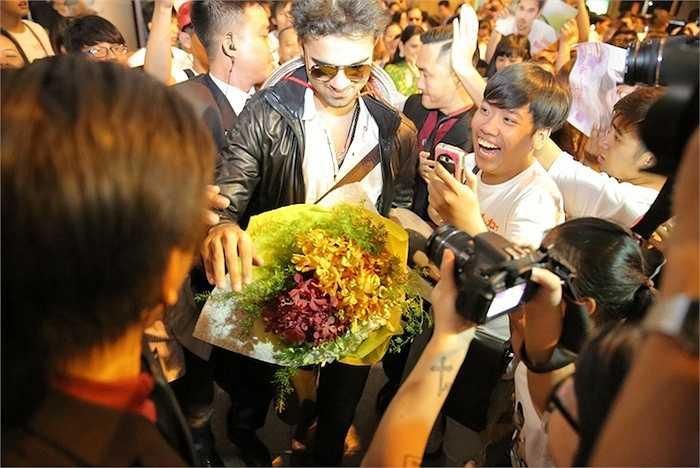 Ngay sau khi gửi lời chào đến người hâm mộ Việt Nam, hai diễn viên đã nhanh chóng được Ban tổ chức và lực lượng bảo vệ tháp tùng lên xe ô tô di chuyển về khách sạn nghỉ ngơi, chuẩn bị cho lịch trình làm việc dày đặc trong những ngày sắp tới.