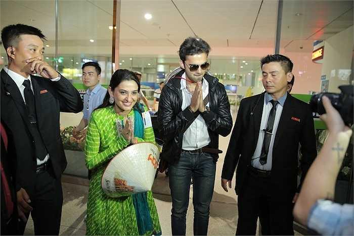 Đặc biệt hơn, nam diễn viên Avinash Mukherjee đã đích thân ra sân bay để đón người mẹ trong phim của mình.