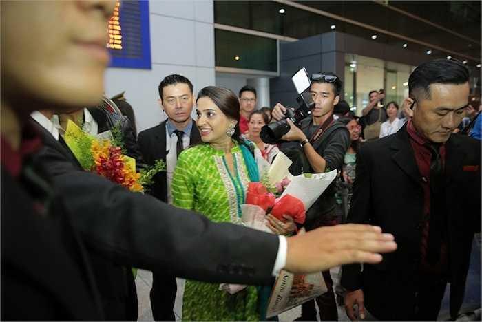 Nữ diễn viên Smita Bansal xuất hiện với trang phục truyền thống đầy quyến rũ. Nữ diễn viên 7X thu hút sự chú ý bởi nụ cười tỏa nắng cùng vẻ ngoài mặn mà. Đi cùng chị đến Việt Nam lần này là ông xã Ankush Madan Mohla.