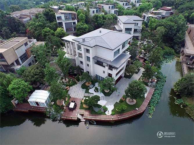 Một đại gia ở Trùng Khánh (Trung Quốc) đã chi 80 triệu nhân dân tệ để xây biệt thự nhà vườn kèm hồ nước trên diện tích 3.000m2