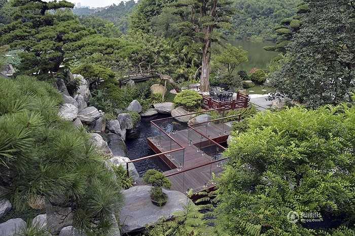 Khu vườn với những hòn non bộ, quy hoạch đẹp mắt và mát mẻ phù hợp nghỉ ngơi sau những giờ làm việc mệt mỏi