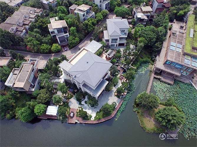 Hồ nước nằm bên cạnh biệt thự tuyệt đẹp vừa là điểm nhấn và tạo phong cách, sự thơ mộng, trong lành cho khu nhà
