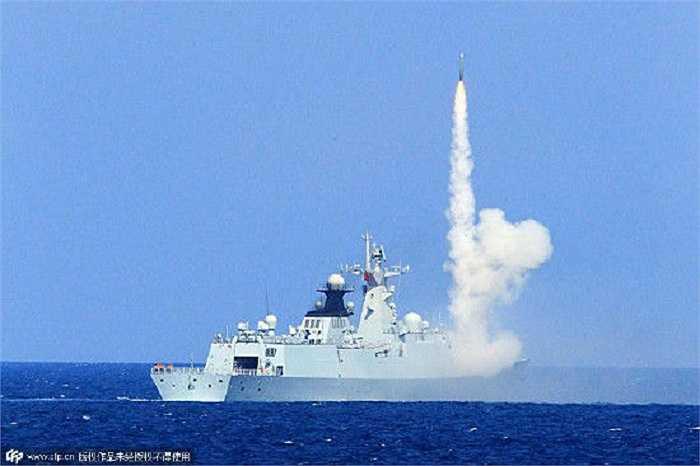 Tàu Hải quân Trung Quốc bắn tên lửa trong cuộc diễn tập