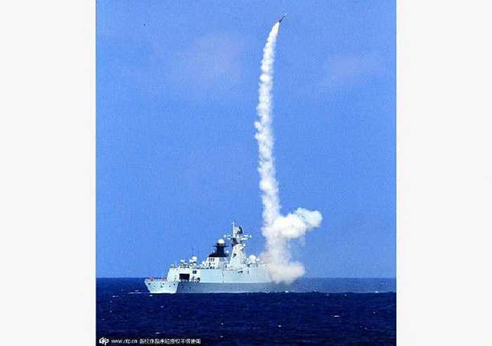 Tên lửa phóng đi từ tàu chiến của Trung Quốc
