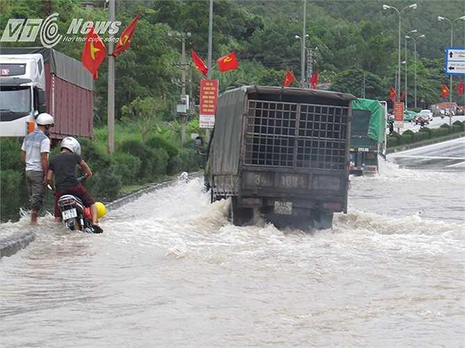 Mấy ngày nay, trên quốc lộ 18 đoạn vào cảng Cái Lân, thường xuyên xảy ra ngập lụt do mưa lớn, khiến phương tiện giao thông qua lại gặp không ít có khăn, có thời điểm phải cấm đường.