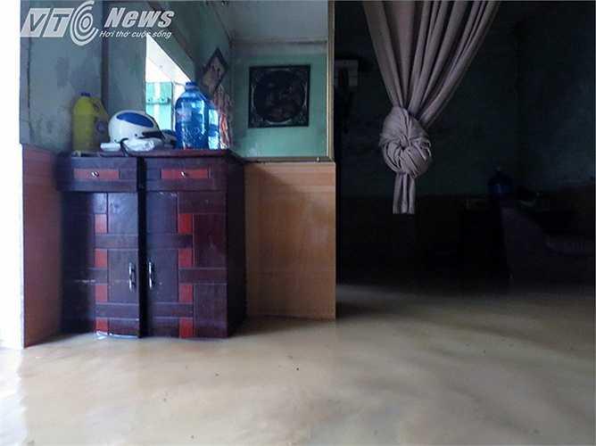 Trong nhà bà Minh vẫn ngập nước