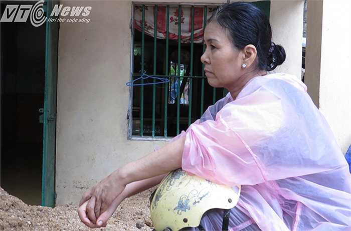 Bà Minh vẫn chưa hết bàng hoàng và mệt mỏi sau vụ việc sập 3 ngôi nhà của người hàng xóm, khiến 9 nạn nhân thương vong.