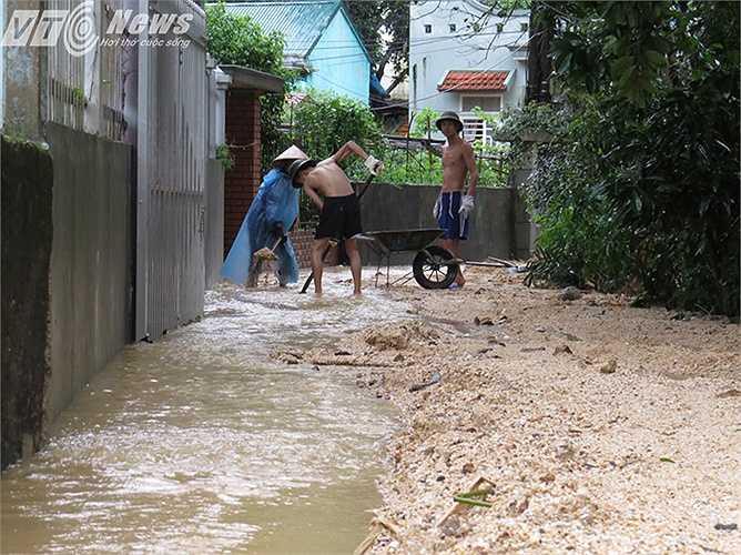 Người dân trong khu phố tự nguyện gồng mình khơi dòng chảy cho ngõ xóm khỏi ngập lụt