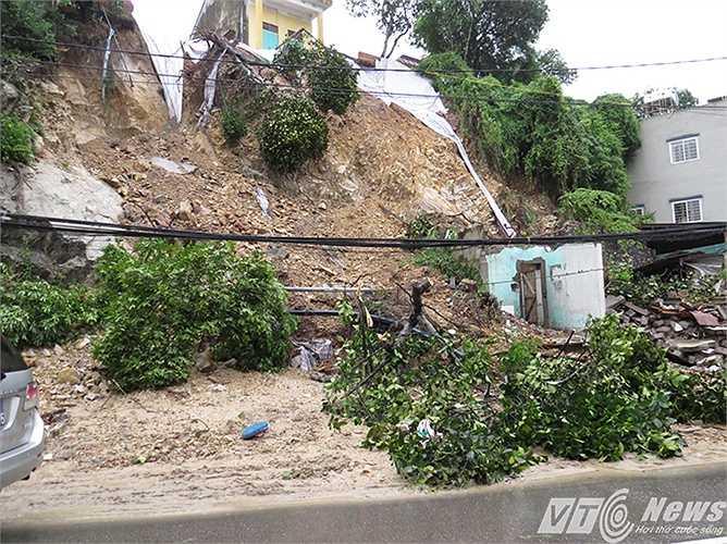 Sạt lở quả đồi bên cạnh tỉnh lộ 337, thuộc phường Cao Xanh, TP Hạ Long (Quảng Ninh), khiến 2 ngôi nhà cấp 4 ven đường đổ sập. Ngôi nhà 2 tầng phía trên cũng có nguy cơ đổ theo nếu trời tiếp tục mưa lớn.