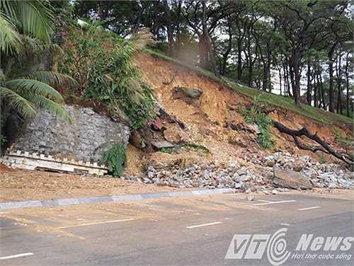 Trên đường ven biển Bãi Cháy, xảy ra một số điểm sạt lở chân đồi, đất đá đổ tràn xuống đường.