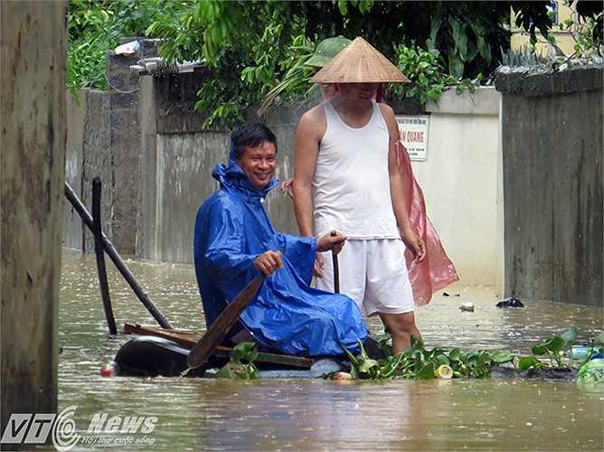 Tại khu vực ngõ 71 đường Nguyễn Đình Chiểu, phường Hà Khánh, TP Hạ Long, bị ngập lụt khiến người dân di chuyển gặp nhiều khó khăn.