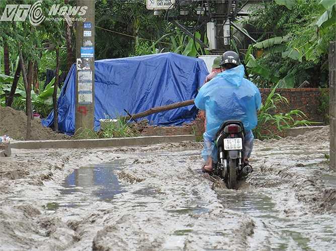 Khu dân cư hai bên đường Nguyễn Đình Chiều, phường Hà Khánh, TP Hạ Long, bị bùn đất, cát sỏi từ trên đồi gần đó sạt lở do mưa lớn chảy tràn vào khu dân cư.