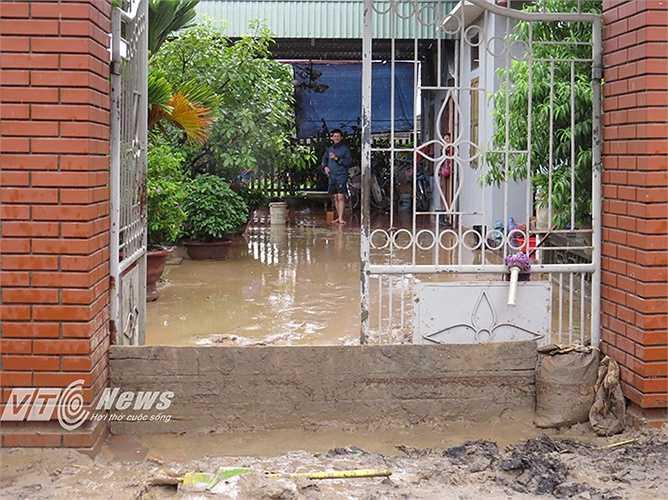 Hàng trăm nhà dân bị ngập úng bởi nước mưa, bùn đất.
