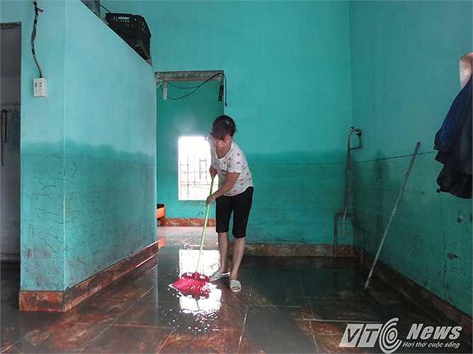 Người dân cả ngày 29/7 phải gồng mình thau rửa, dọn dẹp nhà cửa, đồ đạc, vì trước đó nước dâng ngập gần 1,5m, kéo theo lượng bùn đất khổng lồ tấn công vào hàng trăm ngôi nhà dân.