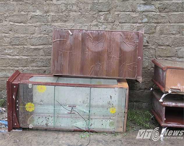 Nhiều đồ đạc người dân thành đồ phế thải sau cơn 'đại hồng thủy'.