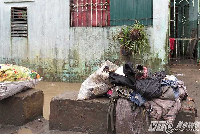 Đống quần áo vứt bỏ vì mưa lũ.