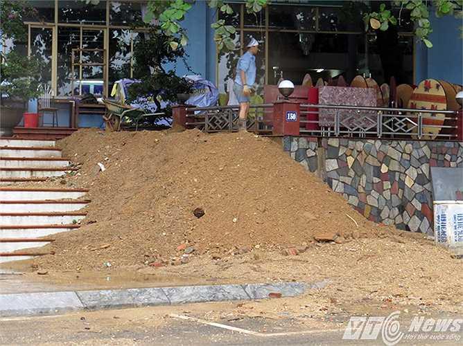 Trước cửa một nhà hàng ở Bãi Cháy, hàng chục khối đất đã sạt lở theo nước mưa từ trên đồi dội xuống.