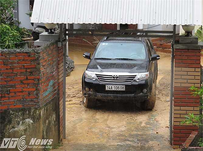 Đường vào hiện trường nơi xảy ra vụ sập 3 nhà dân, khiến 9 người thương vong, nhiều nhà dân vẫn còn ngập úng bùn đất.
