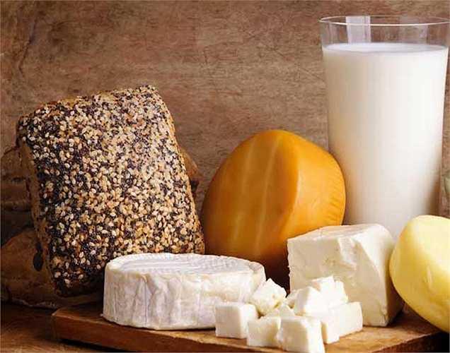 Sản phẩm sữa pho mát và các sản phẩm từ sữa khác ít chất xơ và chất béo. Những thực phẩm này tiêu hóa chậm và gây táo bón. Bạn nên kết hợp rau cùng với phô mai hoặc đậu phụ để ngăn ngừa táo bón.