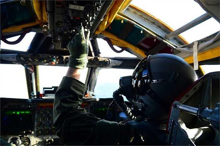 Phi công kiểm tra các thiết bị bên trong buồng lái B-52