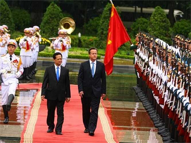 Hai Thủ tướng duyệt đội danh dự Quân đội Nhân dân Việt Nam