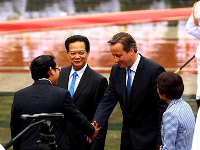 Thủ tướng Nguyễn Tấn Dũng giới thiệu với Thủ tướng Cameron các quan chức Việt Nam tham gia lễ đón