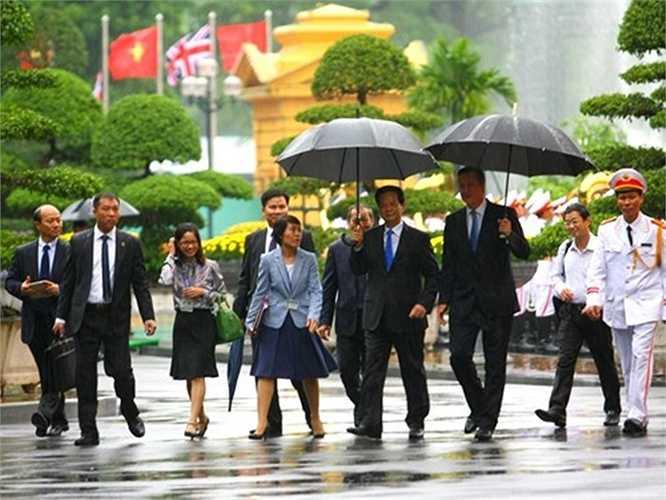 Sau lễ đón, hai nhà lãnh đạo đã đi bộ tới Văn phòng Chính phủ