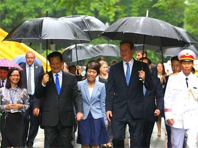 Hai Thủ tướng thân tình trao đổi trên đường