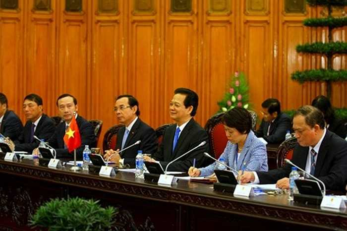 Thủ tướng Nguyễn Tấn Dũng chào mừng Thủ tướng Cameron và phái đoàn Anh thăm Việt Nam