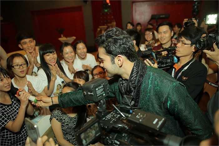 Anh rất thân thiện giao lưu cùng các fans và tập cho người hâm mộ nói tiếng Ấn Độ.