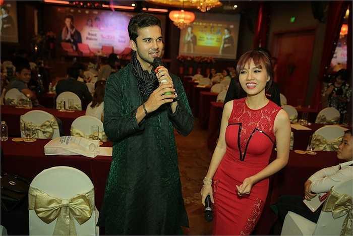 Trong lần gặp gỡ truyền thông và người hâm mộ, Smita Bansal và Avinash Mukherjee còn mang đến cho các fan một món quà bất ngờ.