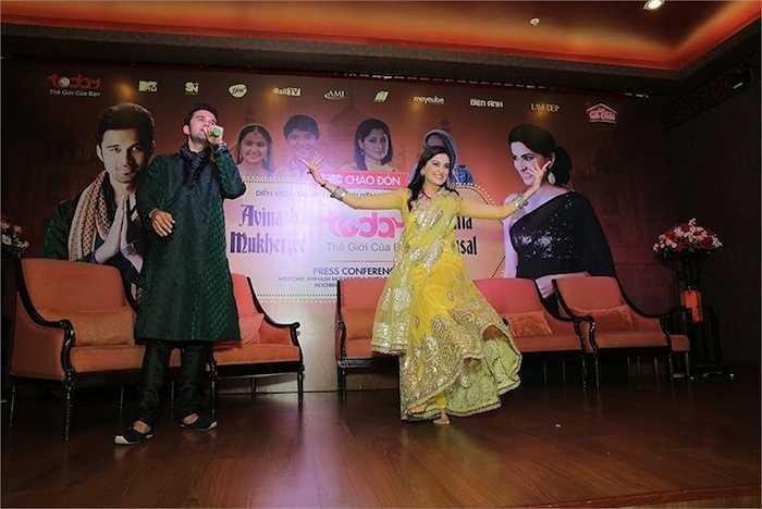 'Mẹ' của anh - Smita Bansal cũng tự tin thể hiện vũ điệu belly dance ngay trên sân khấu.