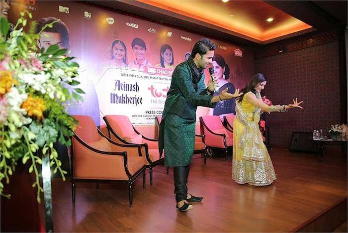 Cả hai cũng nhiệt tình hướng dẫn các fans tập lại từng động tác của bài nhảy.