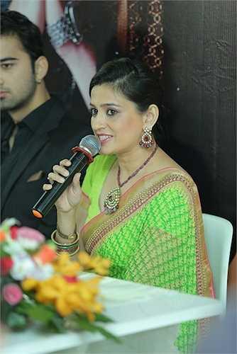 ...thì nữ diễn viên Smita Bansal lại gây ấn tượng mạnh với mọi người bằng vẻ đẹp quyến rũ, mặn mà khi khoác lên mình bộ trang phục truyền thống Ấn Độ.
