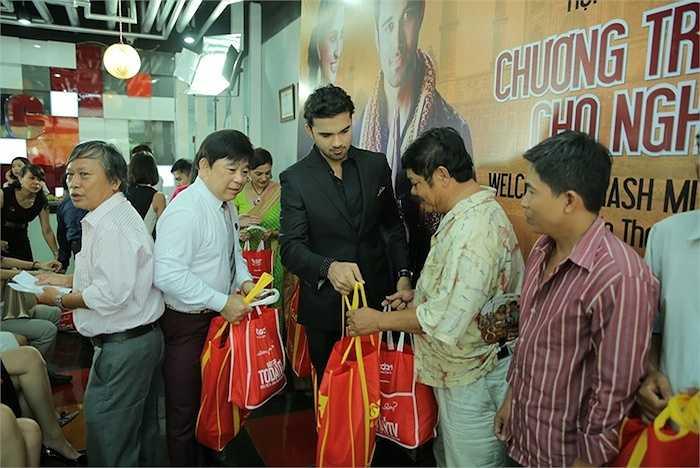Hai nghệ sỹ nước ngoài cùng các nghệ sỹ Việt trao quà tặng đến các nghệ sỹ nghèo.
