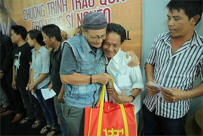 Những món quà từ tình yêu thương được trao đến tay các nghệ sỹ có hoàn cảnh khó khăn gây xúc động mạnh và trở thành lời động viên cho giới văn nghệ sỹ Việt Nam trước những người bạn phương xa dành cho mình.