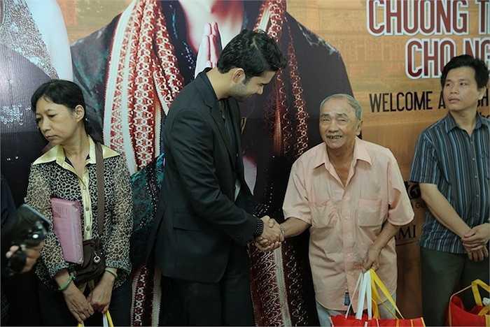 Sự gần gũi, thân thiện của hai diễn viên đến từ Ấn Độ đã làm mọi người xích lại gần nhau hơn.