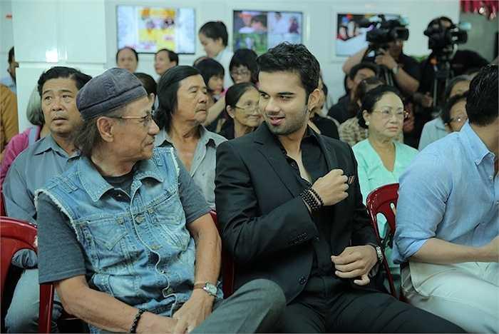 Avinash vui vẻ trò chuyện với đạo diễn Lê Cung Bắc.
