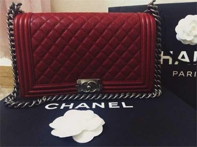 Chiếc túi Channel có giá 130 triệu.