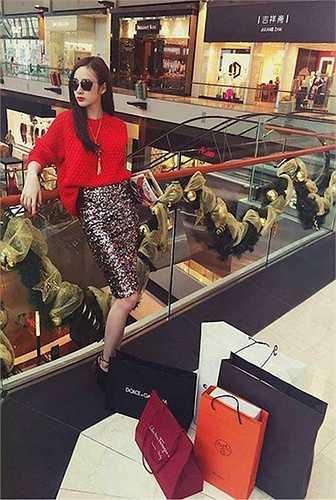 Angela và loạt đồ hiệu xa xỉ cô mua tại Sing.