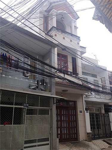 Căn nhà 3 tầng nơi Angela Phương Trinh đang sinh sống cùng bố mẹ và em gái được xây dựng lại khang trang cũng nhờ tiền của cô