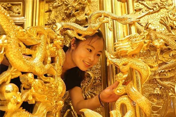 Ngai vàng được chế tác trong nhiều tháng với đường nét, hoa văn uốn lượn, tinh xảo tạo nên sự quý phái cho khách sạn