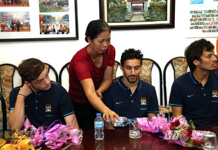 Các cầu thủ Man City được đón tiếp như 'con cháu' tại Làng trẻ em SOS Hà Nội (Ảnh: Quang Minh)