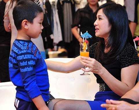 Con trai Thu Hà có tên thân mật là Bill. Nữ diễn viên nổi tiếng chia sẻ, chị sinh con vào đúng thời điểm Bill Gates sang thăm Việt Nam nên đặt cho con biệt danh này.