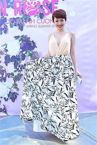 Trước đó, trong show diễn của Đỗ Mạnh Cường tại lâu đài cổ nước Mỹ, Tóc Tiên ghi điểm tuyệt đối với chiếc váy khoe trọn lưng trần.